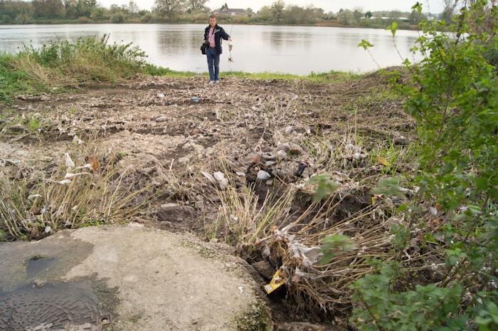 Les torrents d'eaux usées ont couché la végétation sur plusieurs dizaines de mètres!