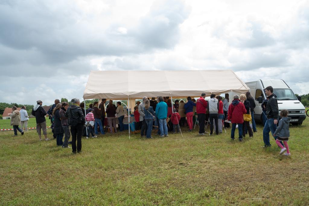 Une partie du rassemblement sur le futur site Décathlon